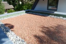 Hausgarten in Dierhagen: Vorbereitung einer Dachbegrünung mit Sprossen und Kräutern.