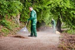 Schloss Willigrad: Pflege der wassergebundenen Wege